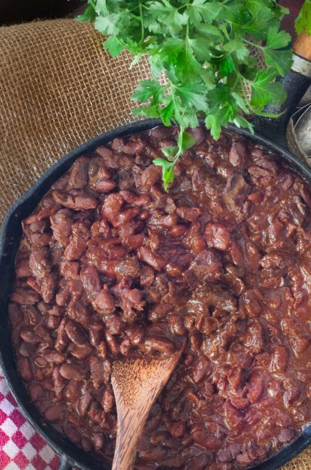 Well-seasoned beans with pickled pork meat are the key to this recipe.